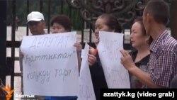"""""""Азаттык"""" үналгысын колдоп чыккан активисттер."""