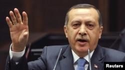 Türkiýäniň premýer-ministri Rejep Taýýyp Erdogan türk parlamentiniň oňünde eden çykyşynda Fransiýanyň senatynyň kabul eden täze kanun taslamasyny berk ýazgardy. Ankara, 24-nji ýanwar, 2012.