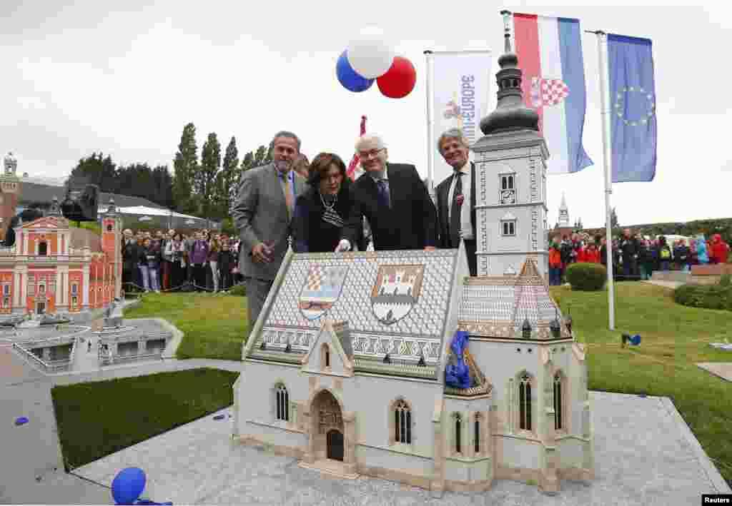 Belgija - Hrvatski predsjednik Ivo Josipović sa suprugom Tatjanom, zagrebački gradonačelnik Milan Bandić i direktor ''mini-Europe'' Thierry Meeus, Brussels, 25. juni 2013.