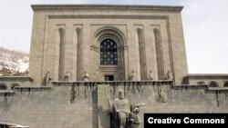 Մաշտոցի անվան Մատենադարանի շենքը Երեւանում: