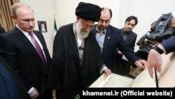 پوتین پس از دیدار دو ساعته خود با آیتالله خامنهای به او یک نسخه قرآن قدیمی هدیه داده است