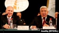 V курултай Всемирного конгресса татар. 8 декабря 2012 года. Ринат Закиров (председатель ВКТ с 2002 года) и Фарид Мухаметшин (председатель Госсовета Татарстана)
