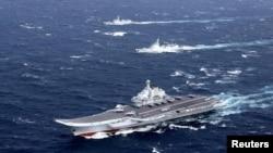 Китайський авіаносець «Ляонінь» під час навчань у Південно-Китайському морі, грудень 2016 року