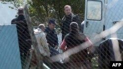 Српската полиција го носи телото на жртва во селото Велика Иванча