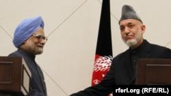 Солдан оңға: Үндістан премьер-министрі Манмохан Сингх пен Ауғанстан президенті Хамид Қарзай. Кабул, 12 мамыр 2011 ж.