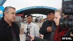 Өмүрбек Текебаев казак полициясына көрсөтмө берип чыккандан кийин журналисттердин суроолоруна жооп берүүдө. 25-март, 2010-жыл
