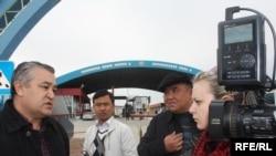 Ө.Текебаев ''Ак жол'' чек ара бекетинде журналисттерге маалымат берүүдө, 26-март, 2010-жыл.