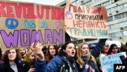 Украинские феминистки с плакатами «Революция есть женщина», «Хватит прикрывать неравенство традициями» на марше в Международный женский день. Киев, 8 марта 2017 года.