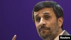 آمادگى آقاى احمدىنژاد براى گفتوگو در زمانى اعلام مىشود كه جمهورى اسلامى ايران تحت فشار و تحريمهاى شديدى از سوى جامعه بینالمللی قرار گرفته است.