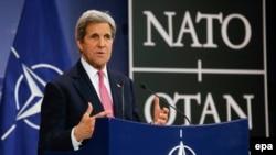 Secretarul de stat american John Kerry la o conferință de presă la Bruxelles