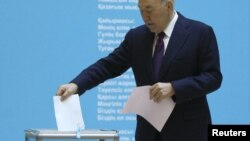 Nursultan Nazarbaev səs verir.