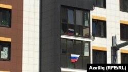 Казанның Совет районы йортында урнаштырылган байраклар