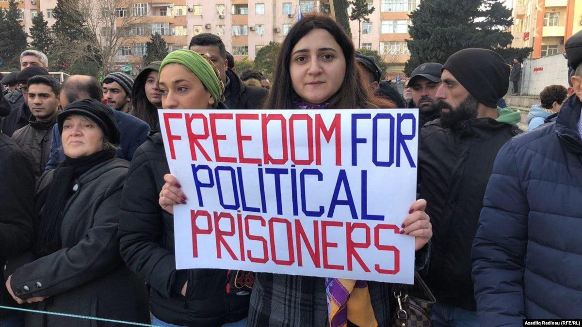 Жители Азербайджана вышли на митинг в поддержку осужденного блогера