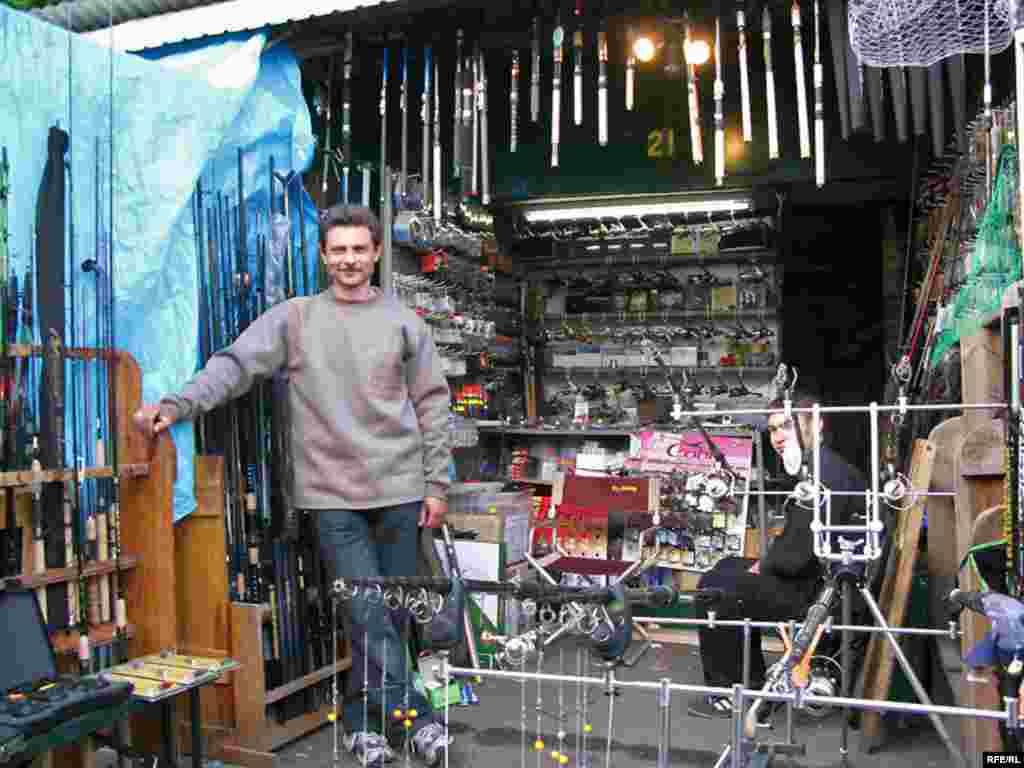 «Бухара»Саме тут розумієш, що риба в Дніпрі поки що є. Тут продають різноманітне знаряддя для рибалки. Тут можна вибрати практично все, що може бути потрібне для цієї стародавньої чоловічої розваги, на будь-який гаманець. І цікаво провести час у компанії фахівців та аматорів.
