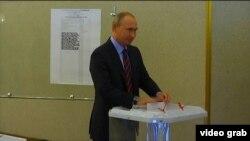 Орусиянын президенти Владимир Путин добуш берип жатат.