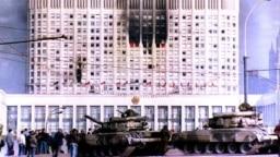 Ресейдегі билік дағдарысы кезінде өртеніп жатқан үкімет ғимараты. Мәскеу, 4 қазан 1993 жыл.