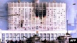 Ресей парламенті алдында тұрған әскери танкілер. Мәскеу, 4 қазан 1993 жыл.