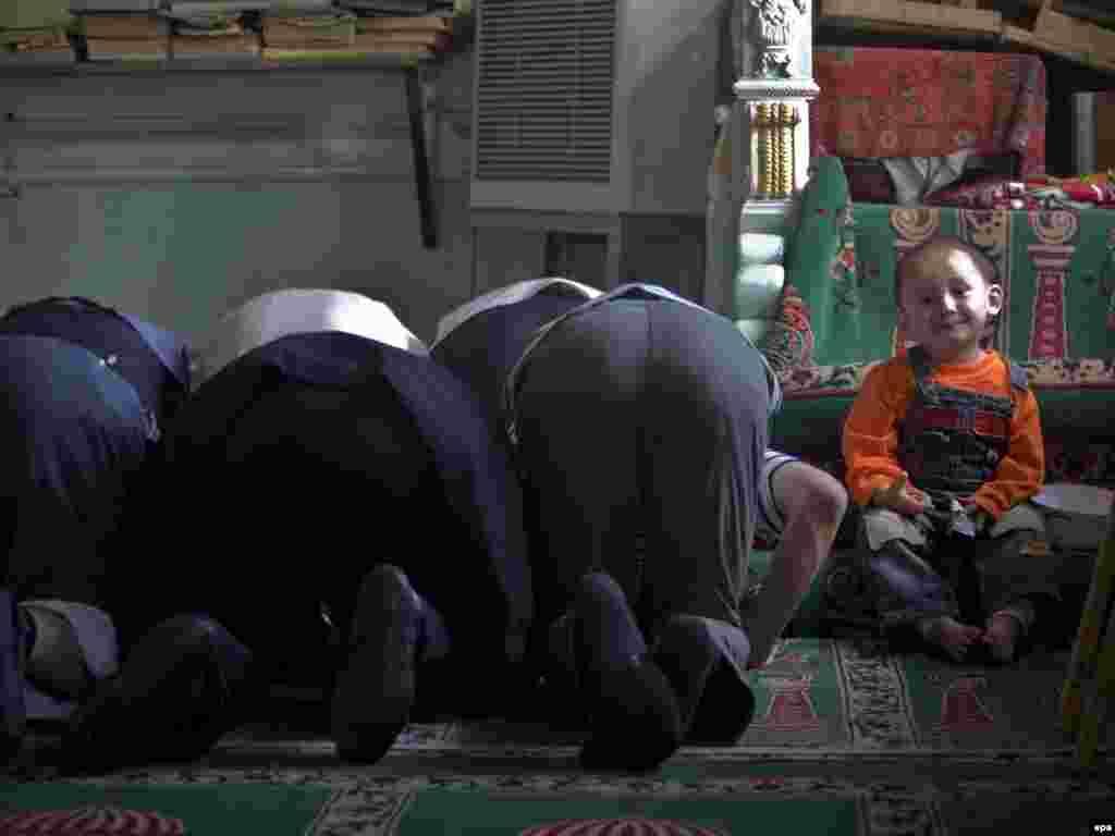 """Қытай билігі Шыңжаң-Ұйғыр автономиялық ауданындағы мемлекеттік мекемелердің қызметкерлері мен студенттерге ораза ұстауға тыйым салды.2 шілде күні Шыңжаңдағы мемлекеттік мекемелер мен мектептердің сайттарында жарияланған мәлімдемеде оразаға тыйымның мақсаты """"азаматтардың игілігін қорғап, оқу орындары мен үкіметтік мекемелерде діншілдікке жол бермеу"""" екені айтылады.Қытай билігінің мұсылман ұйғырлар көп тұратын Шыңжаңда ораза ұстауға тыйым салып келе жатқанына көп жыл болды. Оразаға тыйым соңғы айларда болған бірнеше шабуыл мен жарылыстан кейін қауіпсіздік шаралары күшейтілген кезде салынып отыр.Ұйғырлардың көпшілігі """"құқықтарымызды бұзады"""" деп Қытай билігіне наразы."""