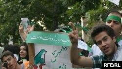 Реформатор талапкер Мусавинин колдоочулары Тегеранда, 8-июнь, 2009-жыл.
