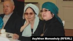 Әнші Мақпал Жүнісова (оң жақта) ері Заманбек Нұрқаділовті еске алу асында. Алматы, 17 қаңтар 2014 жыл.