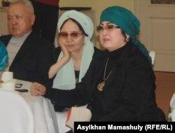 В центре – Зейнеп Ахметова, невестка Бауыржана Момышулы. Справа – Макпал Жунусова, вдова Заманбека Нуркадилова. Алматы, 17 января 2014 года.