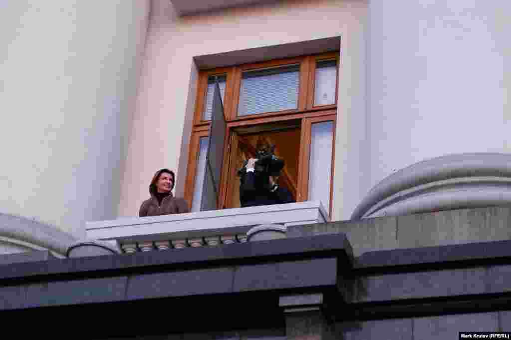 В какой-то момент президент взял в руки телекамеру и стал сам снимать участников митинга.