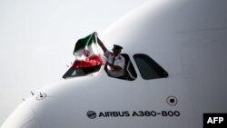 ایرباس ای ۳۸۰، بزرگترین هواپیمای مسافربری جهان، در فرودگاه امام خمینی تهران