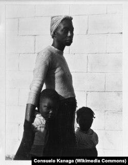 Мать и дети. 1950. Фото Консуэло Канага