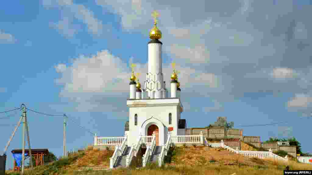 На соседнем с батареей холме – построенная в 2002 году Церковь новомученников и исповедников российских