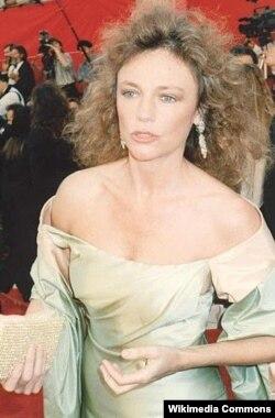 Jacqueline Bisset 1989-cu ildə Oskar mükafatının təqdimetmə mərasimində.
