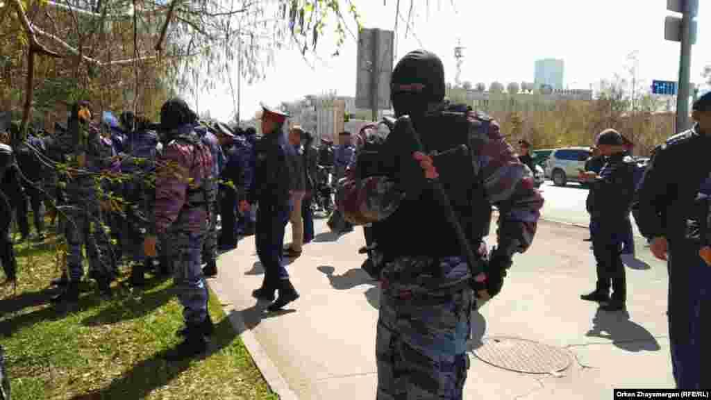 Полицейское оцепление в Нур-Султане. 1 мая 2019 года.