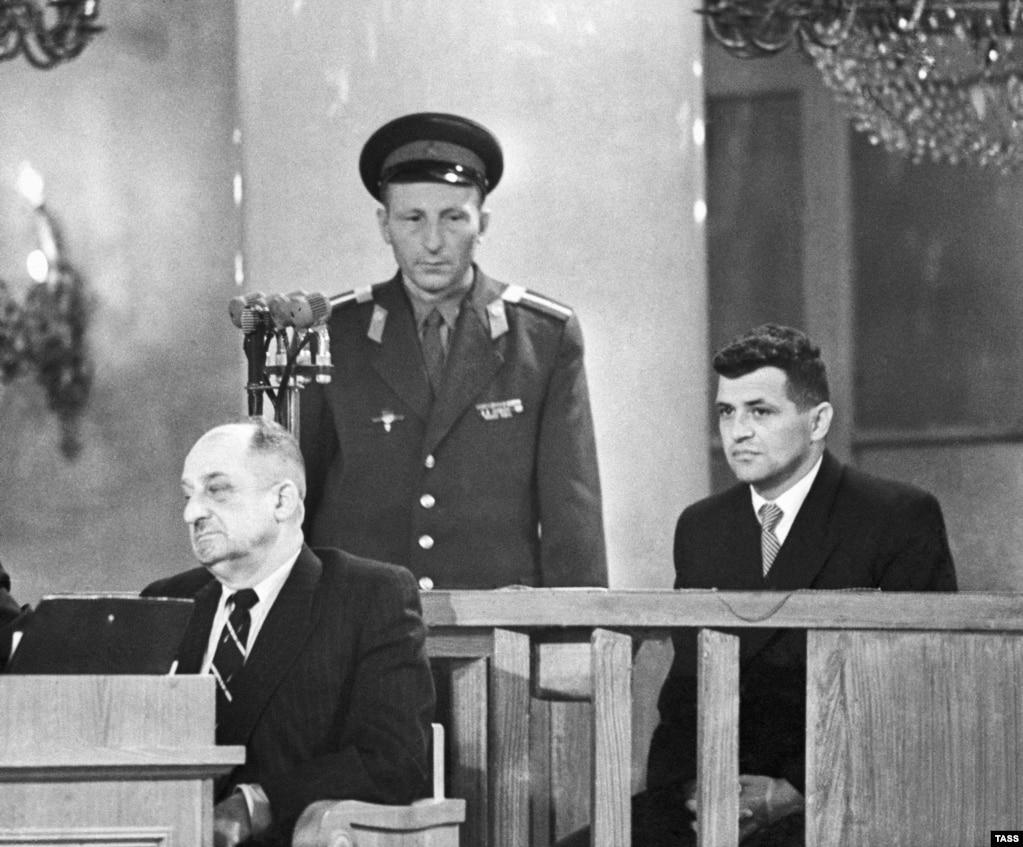 Nakon tri meseca od obaranja aviona, Povers se pojavio u sudnici Vrhovnog suda Sovjetskog saveza i sudio mu je Sovjetski vojni odbor, 19. avgusta 1960. godine. Povers je bio oficir američke Centralna obaveštajne službe (CIA). Osuđen je za špijunažu na kaznu zatvora od 10 godina.