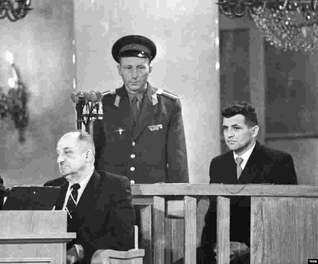 Через три місяці після того, як збили літак, Пауерс (праворуч) опинився на лаві підсудних у Верховному суді СРСР і був засуджений радянською військовою радою 19 серпня 1960 року. Пауерс був офіцером Центрального розвідувального управління (ЦРУ). Його засудили за шпигунство на 10 років позбавлення волі