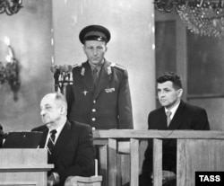 U.S. pilot Francis Gary Powers (right) attends an open session of the Military Board of the U.S.S.R. Supreme Court in Moscow on August 19, 1960.