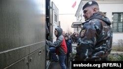 Акцияга чыккан активисттерди кармоо уланууда.