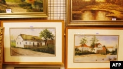 Картины представляют собой сельские пейзажи родных мест Гитлера, который родился в австрийском городке Браунау-на-Инне