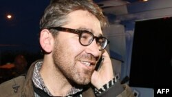 Америкалық журналист Саймон Островский сепаратистер тұтқынынан босағаннан кейін. Донецк, 24 сәуір 2014 жыл.