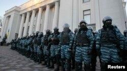 «Беркут» охороняє будівлю парламенту