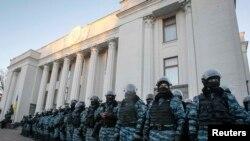 Милицейское оцепление у здания Верховной рады. Киев, 3 декабря 2013 года