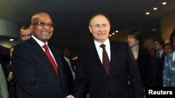 Президент ЮАР Джейкоб Зума (слева) с президентом России Владимиром Путиным (справа) в преддверии саммита БРИКС. Дурбан, 26 марта 2013 года.