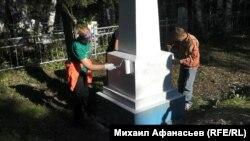 Волонтеры красят монумент братской могилы на станции Минино