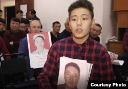 Ақжол Рахманұлы әкесінің суретін ұстап отыр. Алматы, 20 желтоқсан 2018 жыл.