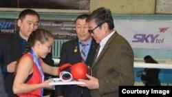 Нуржамиля Батырбеккызы получает награды на чемпионате Монголии по боксу среди юниоров.