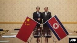 Министр иностранных дел Китая Ван И и министр иностранных дел КНДР Ри Йон Хо во время встречи в Пхеньяне