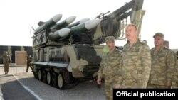 Arxiv fotosu: Prezident İlham Əliyev yeni alınmış silahlara baxır. 26 iyun 2014