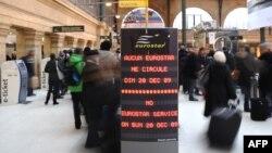 Объявление в Париже во время перерыва в движение поездов Eurostar в 2009 году