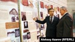 Генеральный консул Венгрии в Алматы Ференц Блауман (справа) и заместитель директора Центрального государственного музея по науке Бабахумар Хинаят осматривают стенды выставки. Алматы, 15 октября 2015 года.