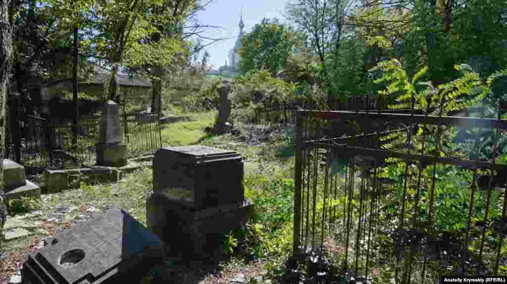 Багато пам'ятників уздовж центральної доріжки розбили вандали