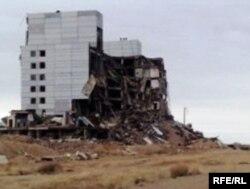 Останки бывшей советской радиолокационной станции «Дарьял-У», объект Балхаш-9. Карагандинская область, 22 мая 2010 года.