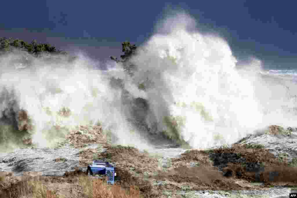 Землетрясение и вызванная им 10-метровая волна цунами вывели из строя внешние средства энергоснабжения и резервные генераторы на АЭС. Это привело к отказу систем аварийного охлаждения, а позже – к расплавлению активных зон в трех реакторов